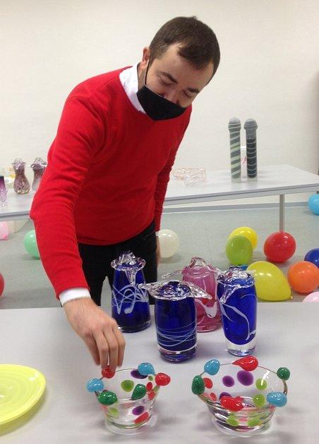 Vedoucí klauzurních prací na oboru Design sklo MgA. Josef Divín.