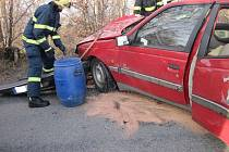 Peugeot narazil do stromu, jeden člověk se zranil