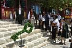Členové Valašského sboru portášského drží čestnou stráž před obnovenou chatou Libušín na Pustevnách v Beskydech; čtvrtek 30. července 2020