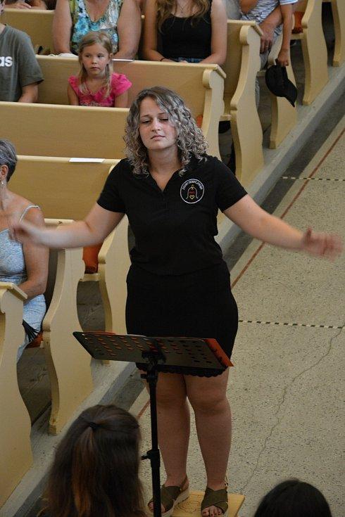 Zvonky dobré zprávy. 10. výročí vzniku oslavil netradiční hudební soubor koncertem v kostele v Ratiboři 17. července 2021. Dirigentka souboru a zakládající členka Emílie Adámková.