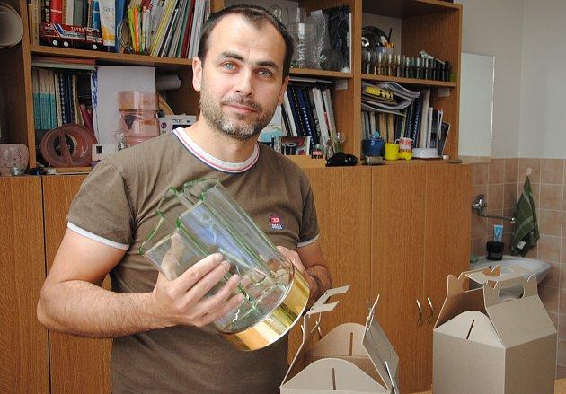 Sklářský mistr Ondřej Strnadel z Valašského Meziříčí vytvořil trofeje pro motocyklovou Grand Prix Brno.