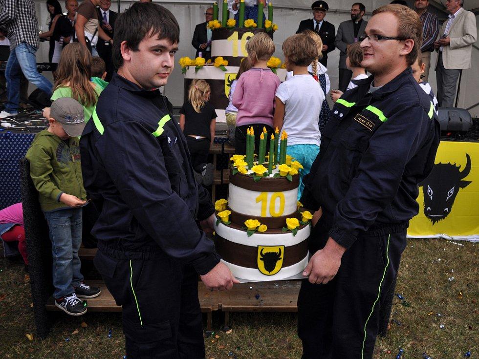 Členové sboru dobrovolných hašičů ze Zubří přinášejí narozeninový dort, který připomíná desáté výročí získání statutu města; Zubří, Den města, sobota 8. září 2012