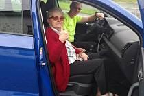 Řidič nově spuštěné služby Senior taxi Zubří Lukáš Heralt vyráží na cestu se svou první pasažérkou.