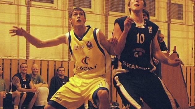 Basketbalista Valašského Meziříčí B a týmu U20 Jan Kročil (vlevo.)