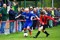 V Juřince se hrálo meziříčské derby – přijel Valmez B. Ten v zápase vedl 0:2, ale domácí (červené dresy) mohutným finišem vyrovnali.