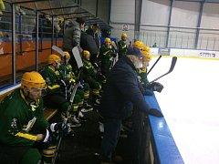 Hokejisté Vsetína (zelené dresy) vyhráli v Meziříčí 3:2 v prodloužení.