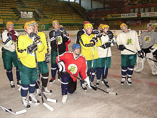 Hokejisté Vsetína už také vyjeli k přípravě na ledě. Na snímku trenér Viktor Hlobil.