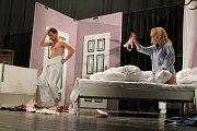 Sedmnáctý ročník festivalu Dny valašského divadla, který se koná od 2. do 17. března 2018 v Hovězí, zahájili ochotníci z DS Hrach Hrachovec bláznivou komedií Dokonalá svatba.