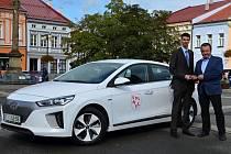 Radnice ve Valašském Meziříčí pořídila pro potřeby svých zaměstnanců a městských strážníků nový elektromobil. Vůz Hyundai Ioniq vyšel na 878 tisíc korun.