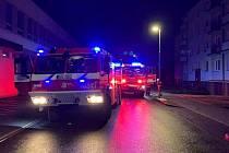 Hasiči zasahují v noci na sobotu 30. ledna 2021 u požáru bytu v domě ve Švabinského ulici ve valašskomeziříčské městské části Krásno nad Bečvou.