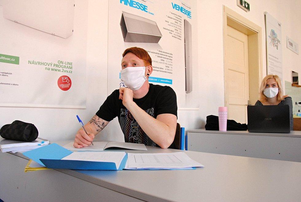 Střední průmyslová škola stavební ve Valašském Meziříčí se po dvouměsíčním uzavření kvůli koronaviru v pondělí 11. května 2020 otevřela ke konzultacím žáků posledních ročníků.