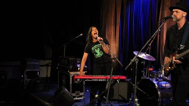Zaplněný malý sál vsetínského kulturního domu přivítal v pátek americkou zpěvačku Shilpu Ray. Indická skladatelka z Brooklynu zavítala do Vsetína během svého podzimního turné po Evropě.