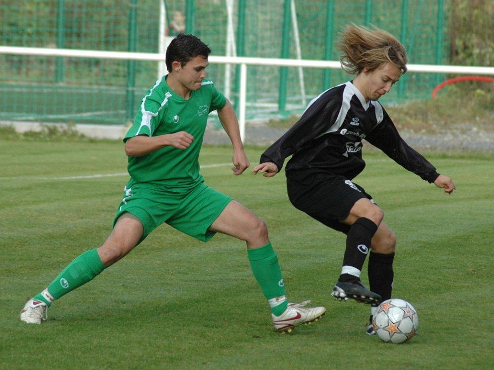 Valašské divizní derby se hrálo velmi tvrdě a zápas byl přehlídkou osobních soubojů. Na snímku Meziříčan Lukáš Marek ( s míčem) a domácí obránce Petr Kocurek.