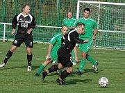 Fotbalisté Valašského Meziříčí (na snímku s míčem záložník Guráš) vydolovali z vyrovnaného utkání ve Velkých Karlovicích všechny body.
