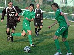 Fotbalisté FC Velké Karlovice+Karolinka (zelené dresy) marně dobývali branku Valašského Meziříčí a nakonec prohráli 0:1.