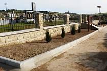 Ve Francově Lhotě dokončili letos opravu hřbitovní zdi.