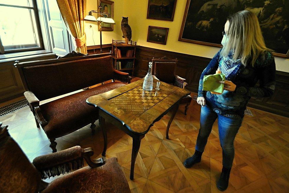 Knihovna na Zámku Lešná sloužila zároveň jako pánský salonek. Zabavit se bylo možné například při šachové partii.