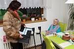 Pětadevadesátiletá Marie Němečková do volební místnosti na obecním úřadě ve Lhotě u Vsetína nedojde. Využila svého práva a členky volební komise za ní s volební schránkou došly až do kuchyně.