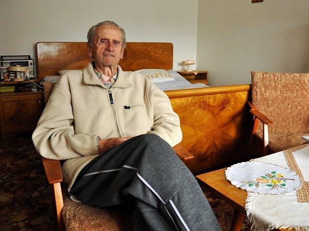 Devětaosmdesátiletý Michal Slovák z Vigantic je posledním přímým pamětníkem založení místního fotbalového klubu. V obci si místní letos (rok 2012) připomínají 70. výročí od vzniku klubu. (foceno 26. června 2012)
