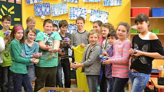 Do sběru plastových víček na dobročinné účely, který uspořádal Český červený kříž v Huslenkách, se zapojili školáci v Hovězí i Huslenkách.