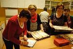 Folklorní soubor Bača uspořádal v sobotu 23. února 2019 v kulturním domě v Hrachovci u Valašského Meziříčí košt slivovice a jablečných štrúdlů. Sešlo se třiapadesát vzorků ovocných pálenek a osm štrúdlů.