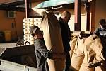Myslivci ze spolku Veselá-Hrachovec na tradiční podzimní brigádě připravují krmnou směs pro srnčí zvěř na zimní přikrmování; říjen 2019