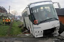 Havárie osobního vozu Daewoo a autobusu převážejícího děti na lyžařský kurz v Novém Hrozenkově v neděli 14. prosince 2014;