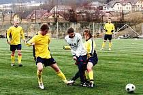 Fotbalisté z Valašského Meziříčí (žluté dresy) mají za sebou úspěšnou jarní premieru s Dolním Benešovem (2:0), ale v sobotu je čeká čtvrtý Hulín.