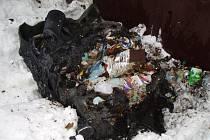 K požáru plastového kontejneru vyjížděli hasiči z Rožnova pod Radhoštěm v sobotu odpoledne. Plameny nádobu na odpad zcela zničily.