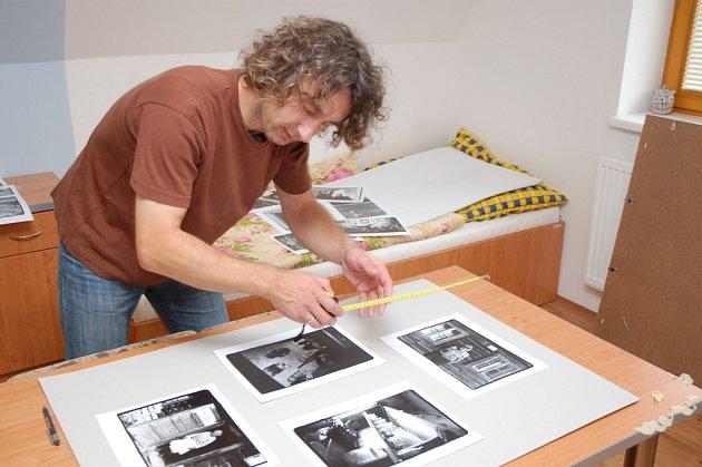 Fotograf Robert Goláň připravuje v Koordinačním a informačním centru ve Vsetíně výstavu svých fotografií