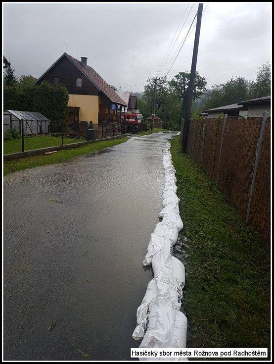 Hasiči z Rožnova pod Radhoštěm vyjížděli ve středu 22. května 2019 od dopoledních hodin k několika zaplaveným komunikacím na Rožnovsku.