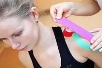 Pacientům pomůže od bolesti kloubů a svalů speciální páska.