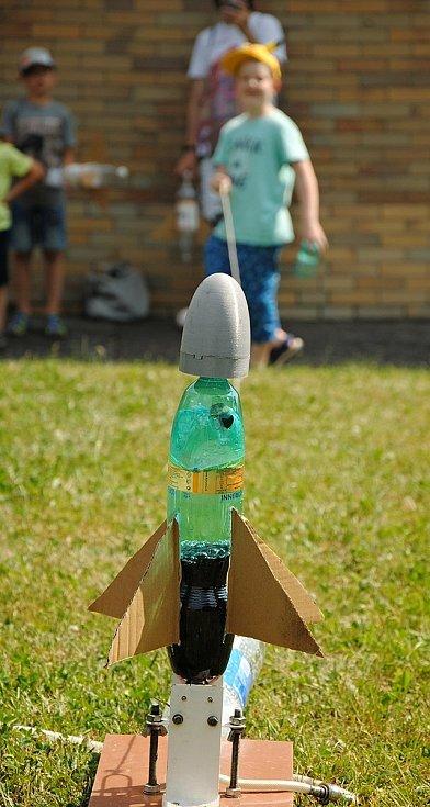 Na hvězdárně ve Valašském Meziříčí se v sobotu 19. června 2021 uskutečnil program Cesta ke hvězdám. Návštěvníci vyráběli z plastových lahví a lepenky vlastní rakety, které vzápětí na zahradě z odpalovací rampy vypouštěli k nebi.