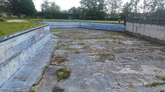 Zchátralý bazén na venkovním koupališti ve Valašském Meziříčí chce současné vedení města začít opravovat v roce 2020. Rekonstrukce má vyjít na 30 milionů korun.