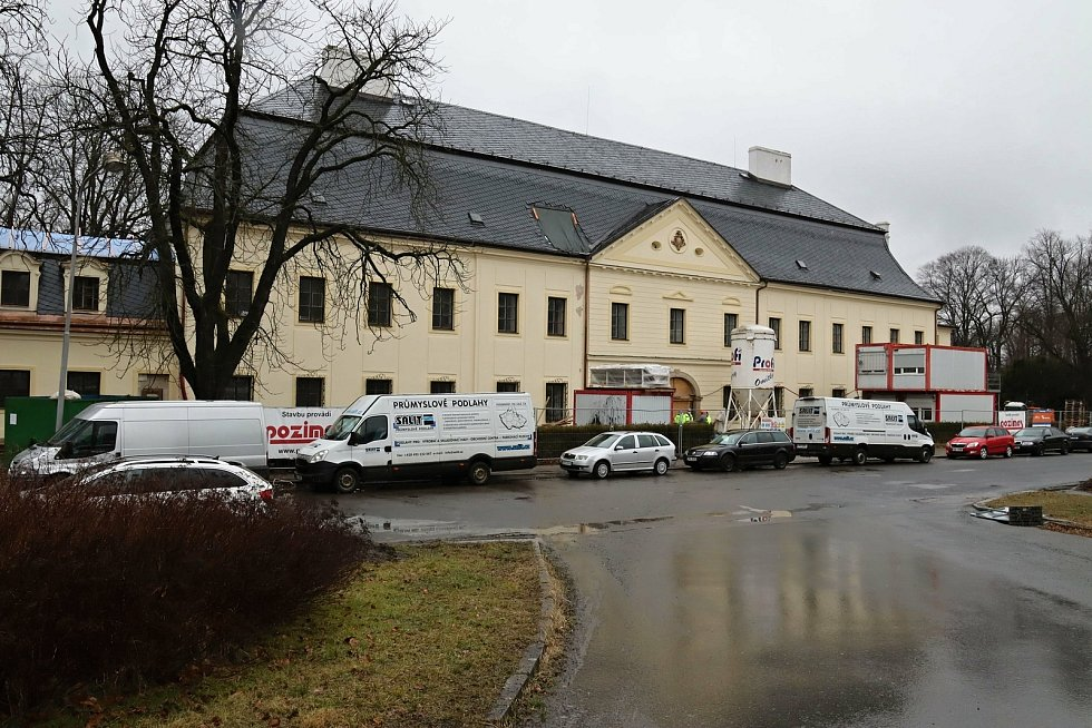 Řemeslníci pokračují v rozsáhlé rekonstrukci zámku Kinských ve Valašském Meziříčí. Stavební část oprav má být hotová v květnu 2021. Následovat bude stěhování sbírek do depozitářů a instalace nové expozice.