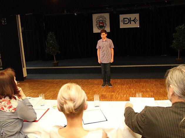 Pětadvacátý ročník soutěže Chrám i tvrz začal 13. dubna 2018 ve vsetínském kulturním domě první částí - soutěži v uměleckém přednesu. V kategorii nejstarších žáků se umístil Petr Vajgl ze ZŠ Žerotínova ve Valašském Meziříčí na druhém místě.