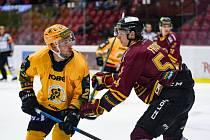 Hokejisté Vsetína (ve žlutých dresech) nový ročník Chance ligy podlehli Dukle Jihlava.