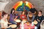 Bubeníci pilně trénují na vystoupení na festivalu Valmez proti chudobě, který začíná ve čtvrtek 19. září 2013 ve Valašském Meziříčí;