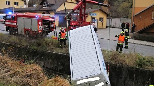 Odstavená dodávka samovolně sjela do koryta potoka ve Vsetíně; čtvrtek 3. listopadu 2016;