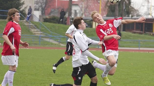 Fotbalisté Valašského Meziříčí (červené dresy).