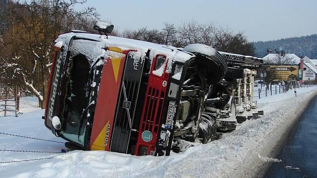 Kvůli havárii kamionu v Podlesí se na hlavním tahu ze Vsetína do Valašského Meziříčí ve středu večer zastavila doprava. Nákladní vůz z příkopu zmizel až včera odpoledne. Kvůli jeho vyprošťování se opět silnice na dvě hodiny uzavřela.