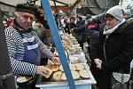 Bohatá byla v sobotu a neděli 14. a 15. prosince 2019 na Vánočním jarmarku ve Valašském muzeu v přírodě v Rožnově pod Radhoštěm také nabídka občerstvení. K mání byly například oblíbené topinky s česnekem.