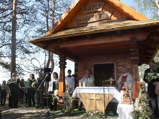 Ve Valašské Senici světili novou dřevěnou kapličku. Zasvěila se svatým Hubertovi a Josefovi.