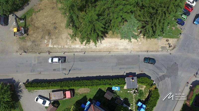 Letecký pohled na část Žerotínovy ulice ve Valašském Meziříčí, kde byly při stavbě chodníků objeveny pozůstatky cca 550 let staré městské hradby.