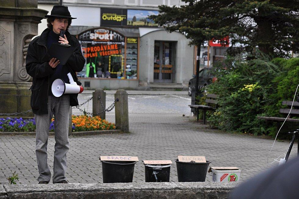 Na náměstí ve Valašském Meziříčí se v neděli 23. května 2021 uskutečnila další demonstrace ze řeku Bečvu bez jedů. Na snímku hlavní organizátor Jan Husák.