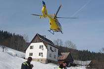 Zraněného muže musel odvézt do nemocnice vrtulník.