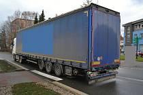 Kamion, který v pátek 29. listopadu 2019 na přechodu pro chodce ve Valašském Meziříčí srazil a těžce zranil třináctiletou dívku.