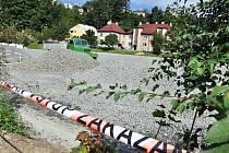 Škvárové hřiště u průmyslové školy v centru Vsetína prochází rekonstrukcí. Škváru nahradí umělá tráva a areál se změní na víceúčelový. Náklady dosáhnou téměř patnácti milionů korun.