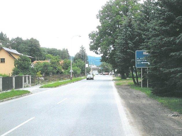 Značka zakrytá za stromy. Řidiči si ji proto často při jízdě ani nevšimnou.