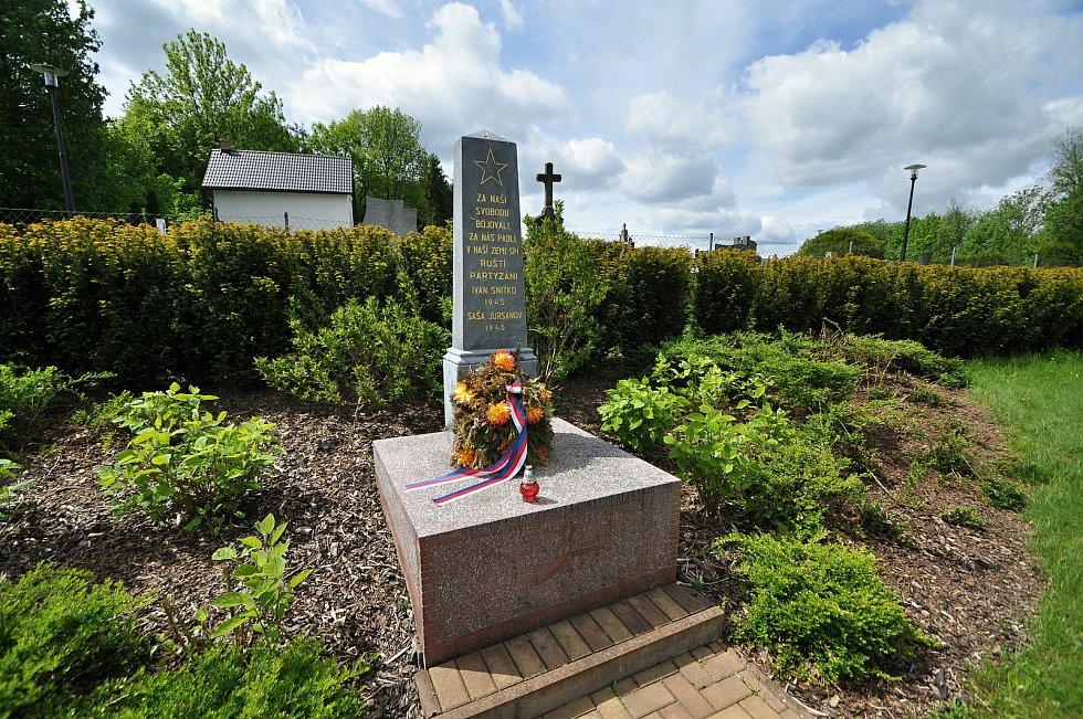 Pomník partyzánů u braneckého hřbitova zdobí pěticípá hvězda a upomíná ruské partyzány Sašu Jursanova a Ivana Snitka, kteří byli v Brankách pohřbeni 8. května 1945.